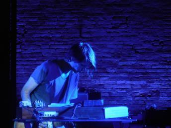 Jonny Greenwood sul palco dello Sferisterio